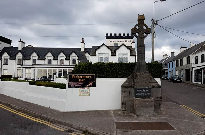 Cruz y hotel Butler Arms en Waterville Anillo de Kerry