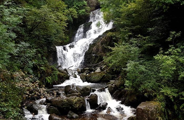 Vista de la cascada de Torc Anillo de Kerry