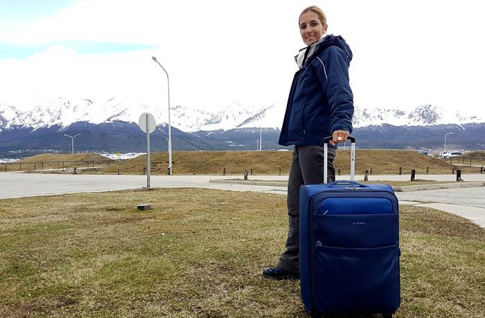 Maleta Gabol junto al aeropuerto de Ushuaia Argentina por libre