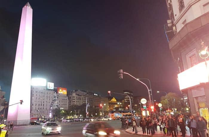 El Obelisco de la avenida 9 de Julio de Buenos Aires, por la noche Argentina por libre