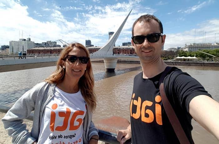 Con las camisetas de Iati ante el puente de Calatrava en Puerto Madero Argentina por libre