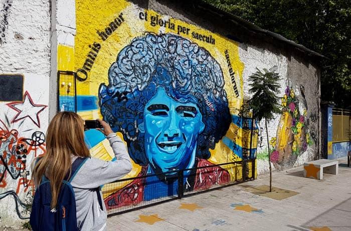 Grafiti de Maradona en la calle Garibaldi visitar La Boca