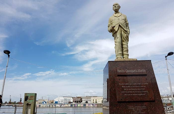 Monumento a Benito Quinquela Martín junto al Riachuelo visitar La Boca