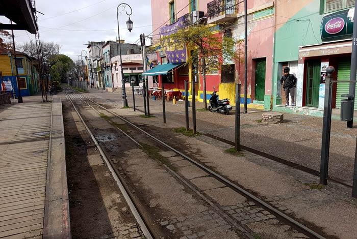 Vías del tren en la calle Garibaldi visitar La Boca