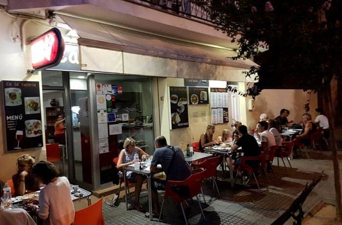 Terraza del restaurante Ca La Valeria comer en Rosas