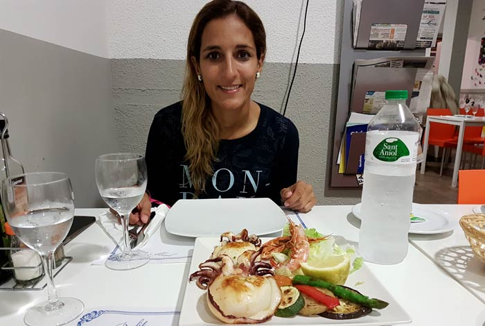 Estefanía, ante el plato de sepia comer en Rosas