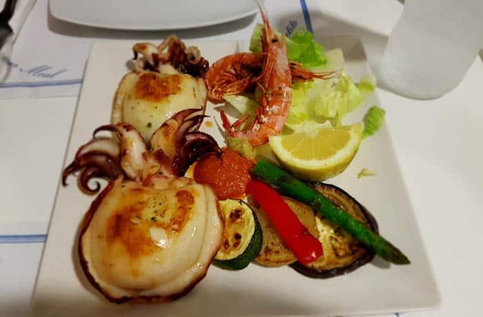 Sepia a la plancha con verduras y gambas comer en Rosas