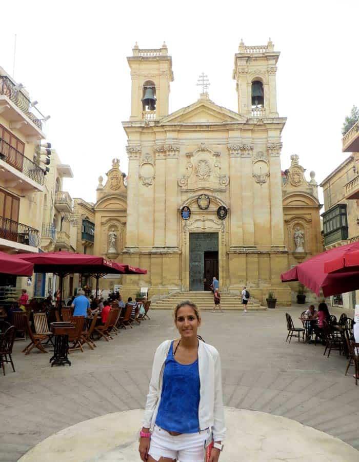 Estefanía ante la Basílica de San Jorge que ver en Gozo