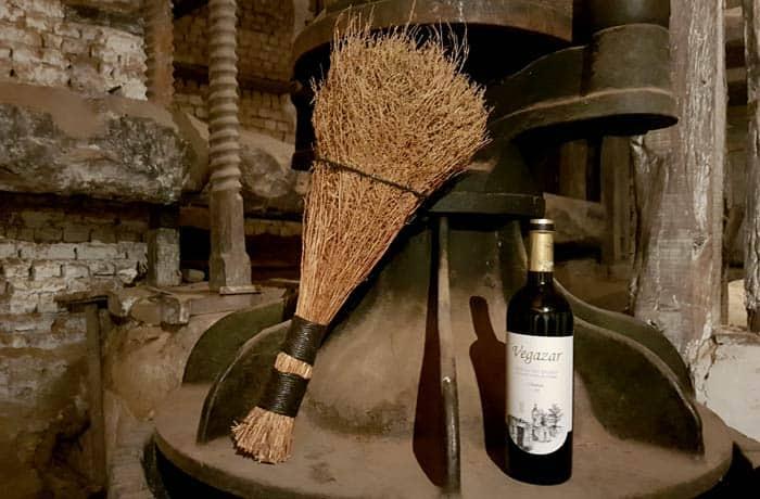 Lagar en Zazuar con la escoba típica y el vino de la tierra, Vegazar Ribera del Duero Burgalesa