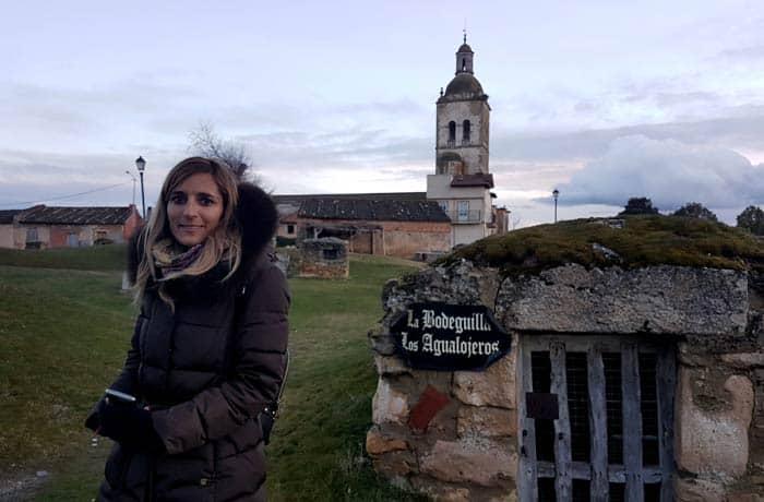Ante una de las bodegas de Zazuar con la iglesia de San Andrés al fondo Ribera del Duero Burgalesa