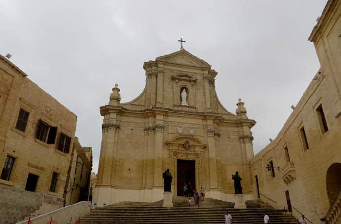 Fachada de la Catedral de Victoria que ver en Gozo