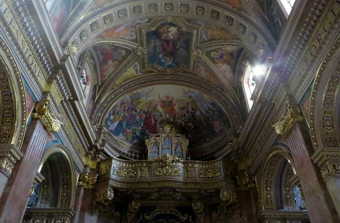 Órgano y obras de arte en el techo de la Basílica de San Jorge que ver en Gozo