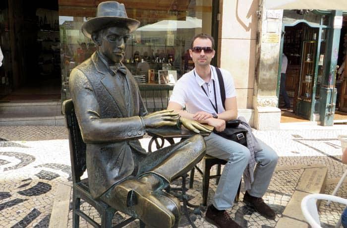 Junto a nuestro guía, Fernando Pessoa ruta por el Chiado