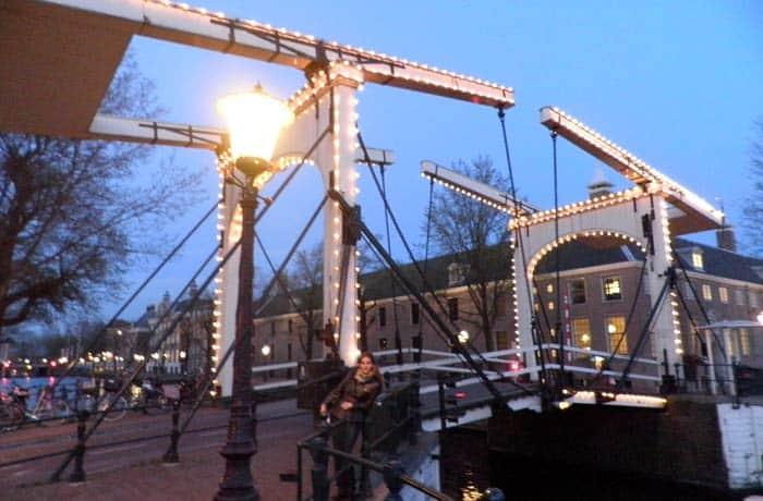 El Marege Brug, de noche Ámsterdam en tres días