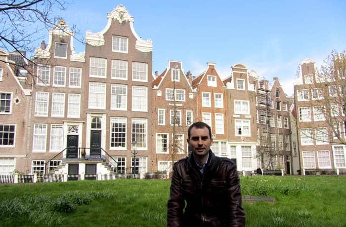 Ante algunas de las casas del patio de Begijnhof Ámsterdam en tres días