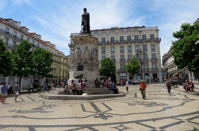 Plaza de Luis de Camoes con el monumento dedicado al autor ruta por el Chiado