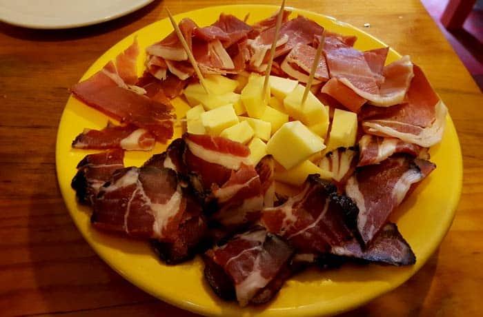 Tapa con jamón, queso y salpicón comer en Amarante