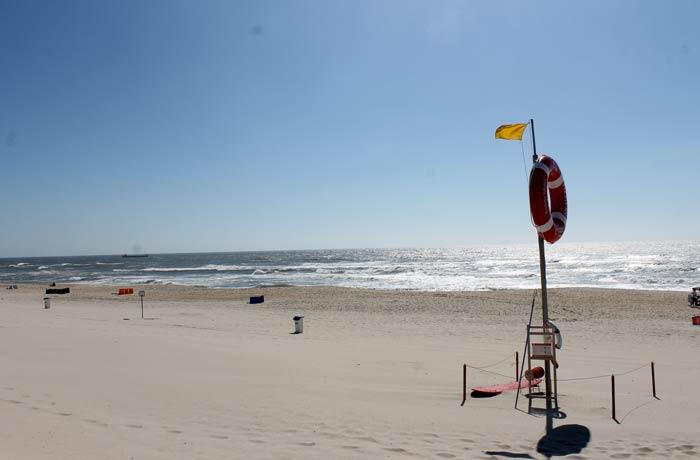 Bandera amarilla en la playa de Costa Nova