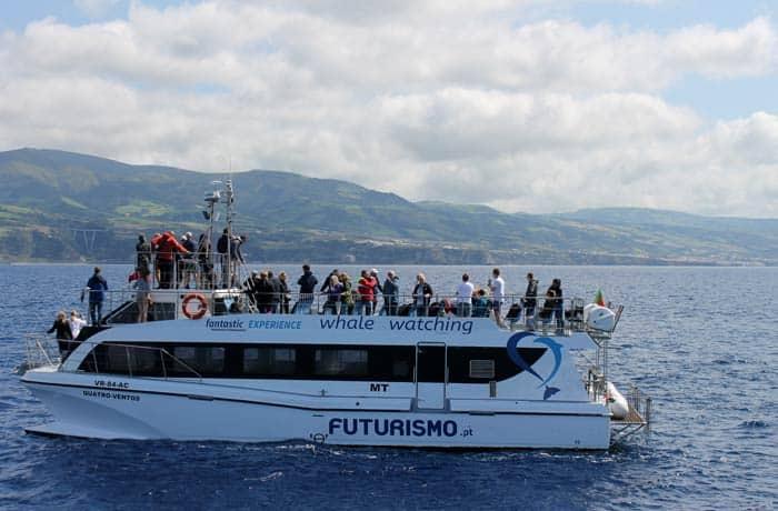 Barco de avistamiento de cetáceos de Futurismo viajar a las Azores por libre