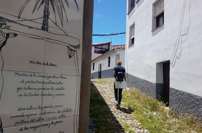 Una de las calles de Linares de la Sierra