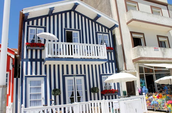 Casa con rayas azules y blancas en Costa Nova
