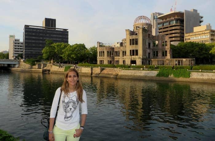 Estefanía ante la Cúpula de la Bomba Atómica que ver en Hiroshima