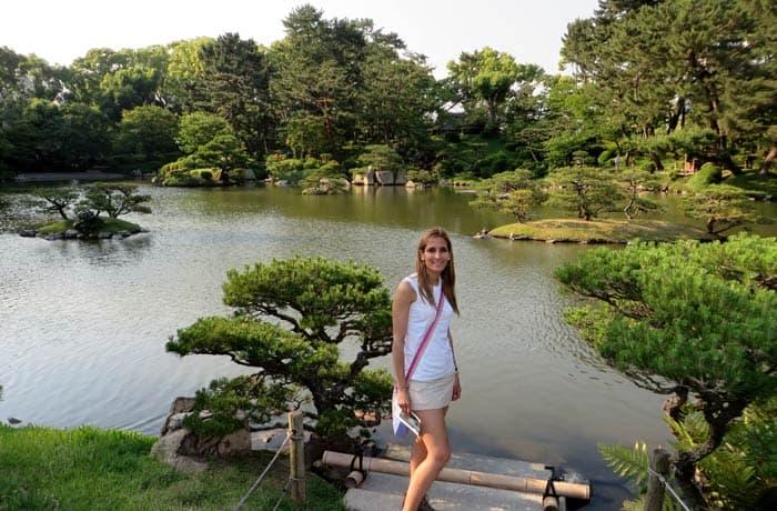Ante uno de los lagos del Jardín Shukkeien que ver en Hiroshima