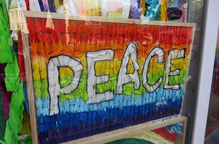 Mensaje de paz con grullas de papel que ver en Hiroshima