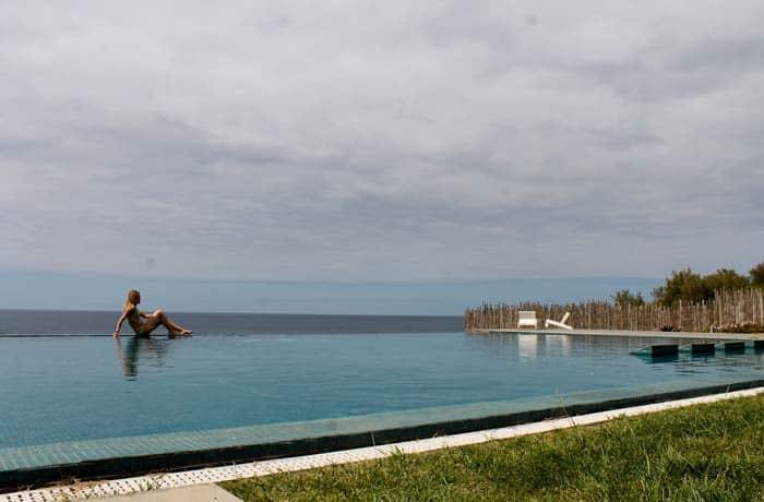 Piscina de Santa Bárbara Eco Beach Resort viajar a las Azores por libre