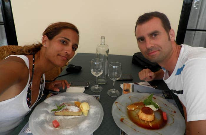 Comiendo los postres del Café del Nord comer en Menorca