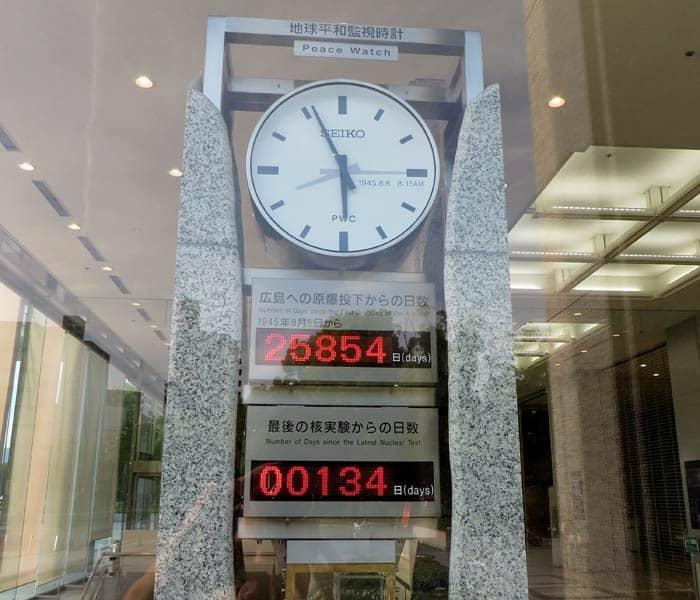 Relojes en el vestíbulo del Museo de la Paz que ver en Hiroshima