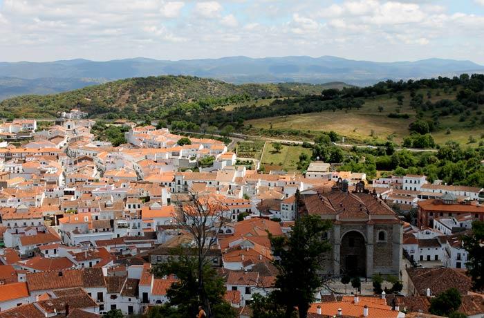 Vista de Aracena y su iglesia de la Asunción desde el Castillo qué hacer en Aracena
