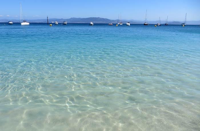 Aguas cristalinas en la playa de Rodas que hacer en las Islas Cíes