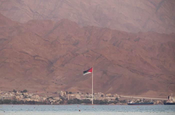 Vista de Áqaba y bandera de Jordania desde Eilat