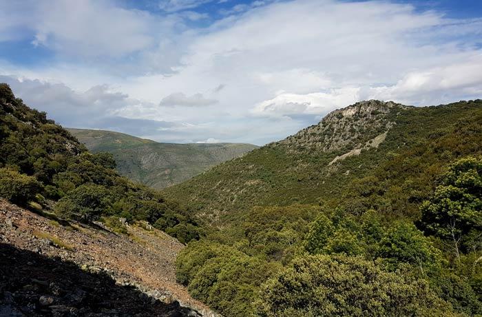 Pedrera de Gorgorizo con el pico del Castillo a la izquierda chorrera de Jigareo