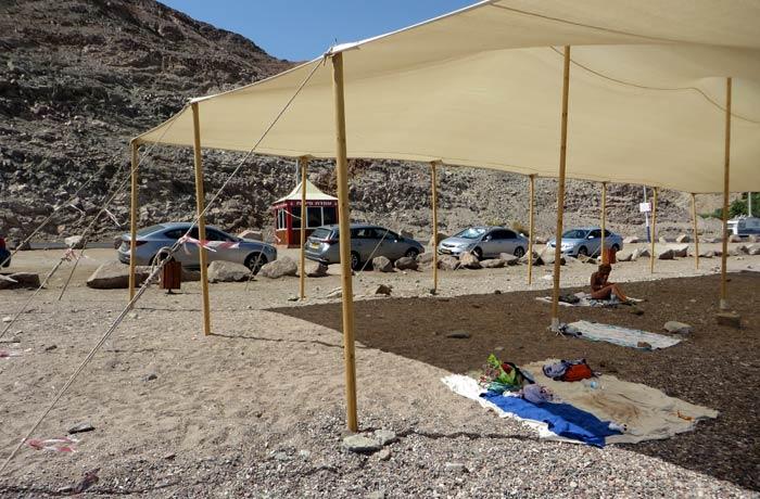 Toldos para protegerse del sol en la playa de Eilat donde hicimos esnórquel qué hacer en Eilat