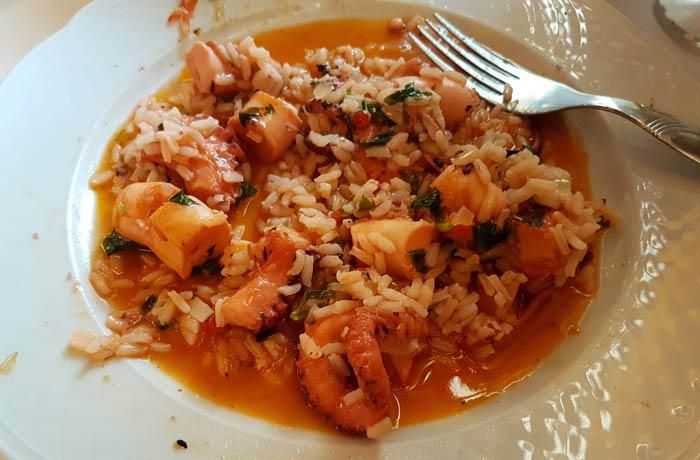 El arroz de pulpo servido comer en Figueira da Foz