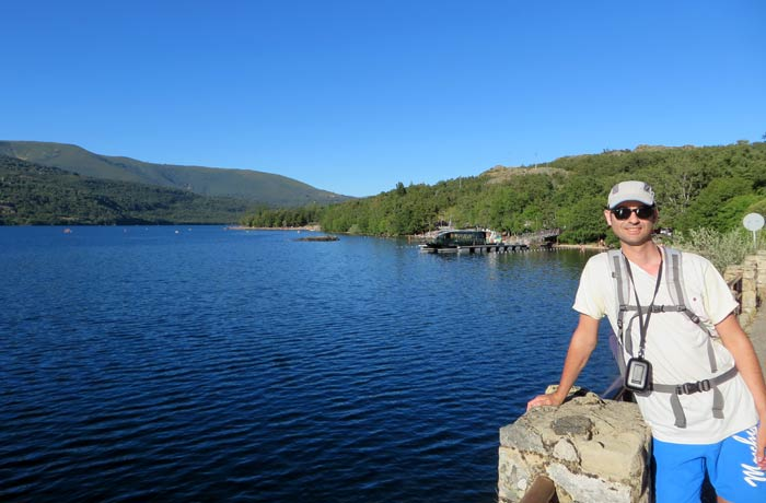 Pablo ante el Lago de Sanabria y el catamarán que realiza paseos