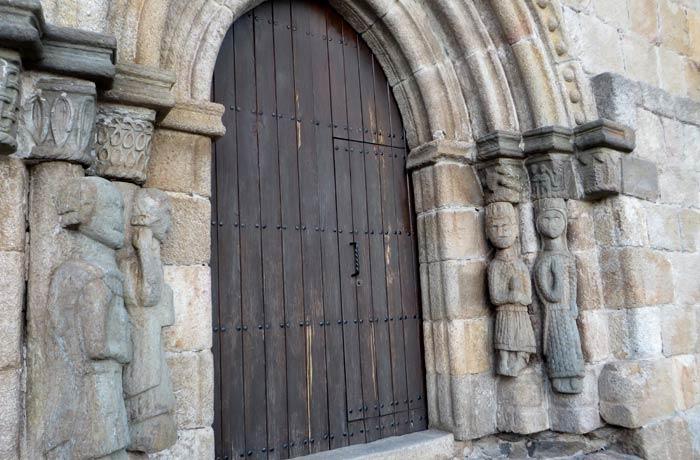 Una de las portadas románicas de la iglesia de Santa María del Azogue en Puebla de Sanabria