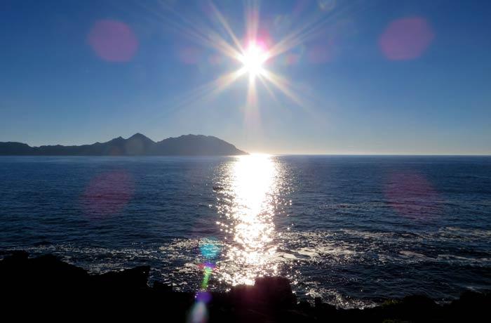 Atarcecer en el cabo Home con las islas Cíes al fondo