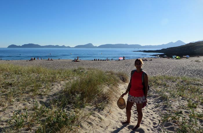 Estefanía en la playa de Melide y con la silueta de las islas Cíes al fondo