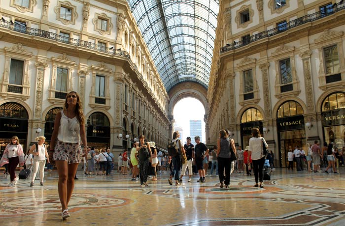 Estefanía caminando por la galería Vittorio Emanuele qué ver en Milán