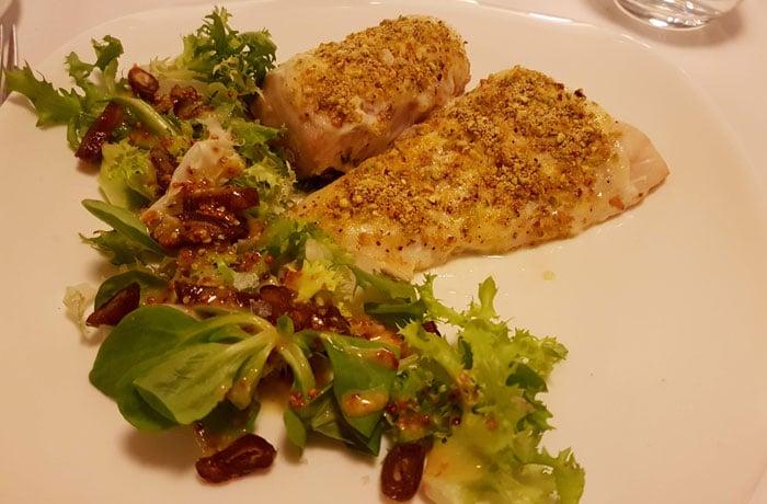 Merluza con mahonesa de cítricos y costra de pistachos del restaurante Huerto Nun comer en Aracena