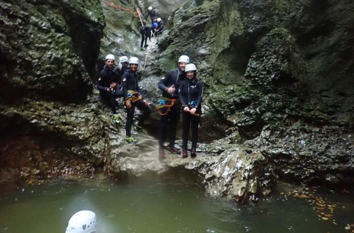Esperando a lanzarnos al agua barranquismo en Bled