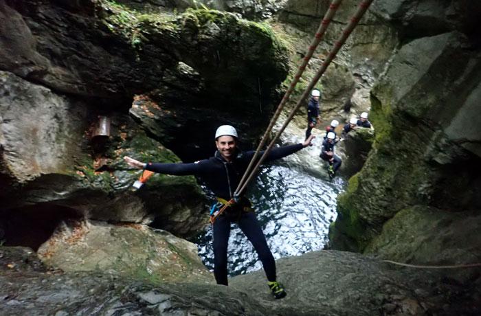 Disfrutando del descenso por el barranco barranquismo en Bled
