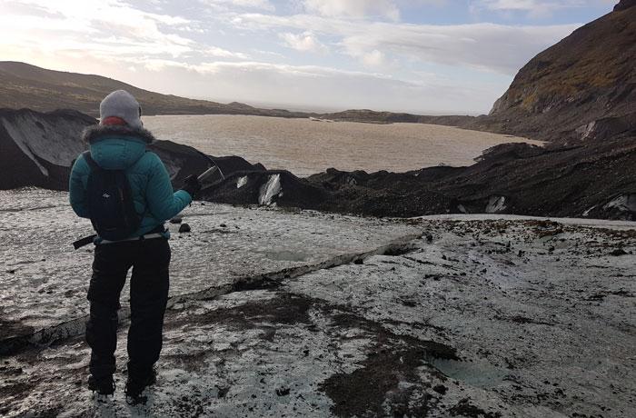 Estefanía, ante la laguna formada por el retroceso del glaciar