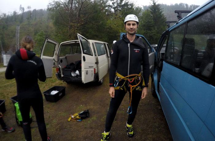 Con todo el equipo y listo para iniciar la actividad de barranquismo en Bled