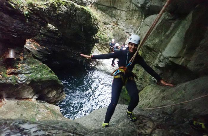 Estefanía, deslizándose con la cuerda por un barranco barranquismo en Bled