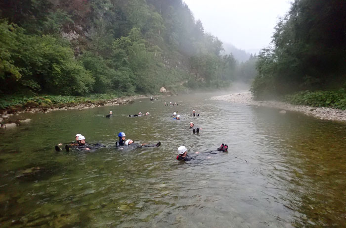 Flotando en el río Sava Bohinjka barranquismo en Bled