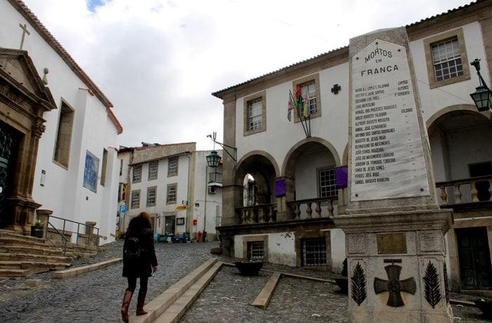 Memorial a los muertos en diferentes contiendas junto a la iglesia de Sao Vicente qué ver en Braganza
